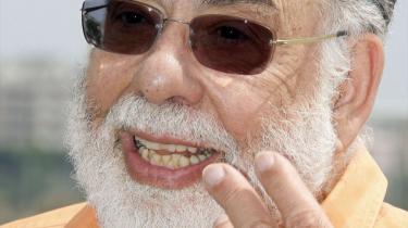 Filminstruktøren Francis Ford Coppola (t.v.) fyldte 70 år i april, men det betyder ikke, at han læner sig tilbage og nyder sit otium. I den forgangne uge var Coppola i Cannes med sit nye værk, familiedramaet -Tetro-. Filmen er den første i mere end 30 år, som han selv både har skrevet og instrueret. Francis Ford Coppola har bragt os klassikere som -Godfather--trilogien og -Dommedag nu-.