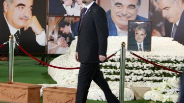Folk kommer stadig til den myrdede tidligere premierminister Rafiq Hariris mindested i det centrale Beirut. Fem år efter drabet kan afsløringen af, at det muligvis var Hizbollah, der stod bag attentatet, udløse voldsomme uroligheder - også for politikersønnen Saad Hariri (forrest).