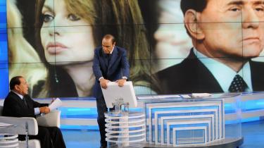 Italiens regeringsleder, Silvio Berlusconi, har virkelig sat sit præg på EU-valgkampen i italienske medier. Det meste har drejet sig hans skilsmisse fra fru Veronica Lario (baggrunden) og hans opstilling af flere barmfagre skønheder under 25 år til en plads i Bruxelles. Mandens lidt for gode øje til unge kvinder endte i dette tv-show med temaet -Og Veronica bad om skilsmisse-, hvor milliardæren Berlsusconi selv var i studiet.