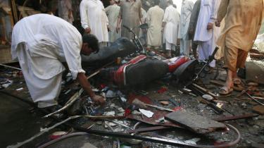 De seneste to døgn er 36 civile blevet dræbt i Peshawar, Lahore samt Dera Ismail Khan, 300 km syd for Peshawar. I Lahore blev 300 såret, i Peshawar mindst 30. Den pakistanske gren af Taleban har taget ansvaret for attentatet i Lahore og meddelt, at det er et svar på den pakistanske hærs offensiv i SWAT-dalen, hvor hæren ifølge egne oplysninger har dræbt mindst 1.200 talebanere på to uger.