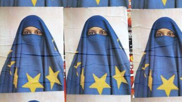 Dialog. En tyrkisk kvinde går forbi en plakat i Istanbul i 2005, da debatten om Tyrkiets optagelse i EU toppede sidst. Med det kommende valg til Europa-Parlamentet, er spørgsmålet igen nået langt op på dagsordenen. Men Europa må komme over sin angst for forskelligheder og konflikt, mener den tyske sociolog Rainer Forst: -Selv hvis Tyrkiet aldrig bliver medlem af EU, har vi stadig store grupper af muslimer - og andre religiøse grupper - i vores samfund, som vi skal have en dialog med-.