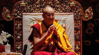 Man skal lede meget grundigt i klassiske buddhistiske tekster for at finde noget, der minder om et forsvar for vold, men det er dog blevet brug af magthavere i bl.a. Japan og Sri Lanka. Tibetanernes låndelige leder, Dalai Lama, inkarnerer ikke-vold for mange verden over.
