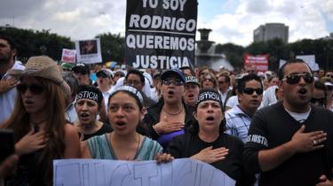 Efter mordet på advokaten Rodrigo Rosenberg fyldtes gaderne i Guatemala City med både tilhængere og modstandere af præsident Colom. Her er det modstandere af præsidenten, der demonstrerer for retfærdighed.