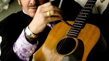 Elvis Costello (hvis forældre mente han skulle hedde Declan Patrick MacManus) har med sit seneste album -Secret, Profane & Sugarcane- udgivet en af de plader, som uden den store ståhej tryllebinder lytteren og diskret skaber en afhængighed af den mere charmerende slags. Pladen udkom i går. PR-