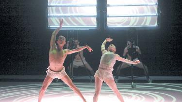 Hvordan gør han det, denne snørklede koreograf, der igen skaber trin med vild intensitet?