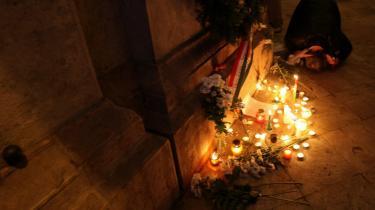 Rekonstruktion. Oktoberopgøret i Budapest i 1956, der mindes her i 2006, sendte hundredvis af ungarere på flugt - også Johanna Adorjáns bedsteforældre. De talte aldrig om deres liv før 1956, og i 1991 begik de selvmord sammen. Deres barnebarn har nu skrevet en bog om deres liv og specielle kærlighed.
