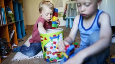 Lego-drenge. Salgspotentialet i at kønsopdele legetøj er også slået igennem hos tidligere kønsneutrale produkter som Lego. I 90'erne begyndte de for alvor at introducere mærker rettet mod henholdsvis piger og drenge, og de indgik licensaftaler med filmselskaber omkring typiske drengeuniverser.