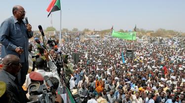 Sudans præsident Omar al-Bashir taler til tusindvis af tilhængere i Majlad i sidste måned. Og selv om den vestlige verden mener, at præsidenten er skyldig i massemord, voldtægt og etniske udrensninger i Darfur og vil have ham på anklagebænken, så har det ikke skadet Omar al-Bashirs popularitet i hjemlandet. Tværtimod, siger præsidentens rådgiver Salaheddin Ghazi.