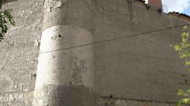 San Pedro. Der foregår en række ulovlige og selvregulerede aktiviteter bag muren til San Pedro-fængslet i Bolivias hovedstad La Paz. Vagterne i porten til San Pedro-fængslet (lille foto) plejede at lade sig bestikke af turister, der gerne ville på ulovlig rundtur i fængslet. Efter at en turist har lagt en video fra en guidet tur ud på You Tube, er der lukket - selv for et fotografi af indgangen.