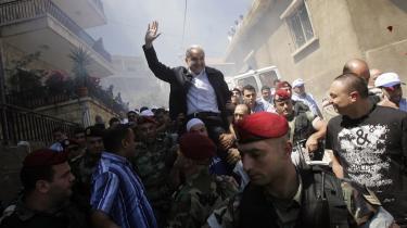 Den libanesiske forsvarsminister Elias Murr bæres gennem folkemængden på vej til et valgsted øst for Beirut.