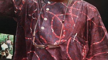 Ken Saro-Wiwa førte kampagne for lokalbefolkningens rettigheder og protesterede mod den forurening, som olieindustrien forårsagede i Nigeria. Han blev henrettet i 1995 efter at være dømt til døden ved et militærtribunal.