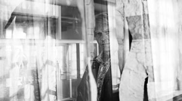 Mellem galskab og genialitet. Mange af Peter Laugesens læremestre og inspirationskilder udi de skønne kunster er enten rablende sindssyge, fordrukne, voldelige eller fascister. En af dem, Laugesen har ladet sig inspirere af, er kunstneren Louis Marcussen, bedre kendt som Ovartaci, der var indlagt på Risskov Psykiatrisk Hospital i 56 år fra 1929, til han døde 91 år gammel 1985. I dag kan man se Ovartacis værker på hospitalets kunstmuseum.