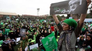 Efter tv-debatterne er tilhængere af de forskellige kandidater strømmet ud for at demonstrere i gaderne - her tilhængere af Mir-Hosein Musavi.