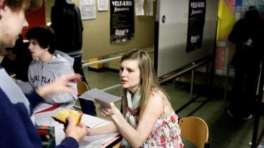 I en række af de danske kommuner, bl.a. Århus, Køge og Frederikshavn, afholder man prøvevalg for 16-18-årige ved kommunalvalget senere på året. Danske eksperter anbefaler, at valgretsalderen skal sættes ned til 16 år, men indtil videre er regeringen afvisende. Her forsøger eleverne på Sct. Annæ Gymnasium sig med et prøvevalg i skoletiden.