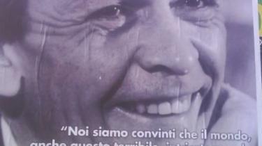 Vi er overbevist om, at verden, selv nutidens forfærdelige, indviklede verden, kan erkendes, fortolkes ændres og være til gavn for mennesket,dets velfærd og lykke, lyder citatet på plakaten af den populære kommunistiske politiker Enrico Berlinguer.