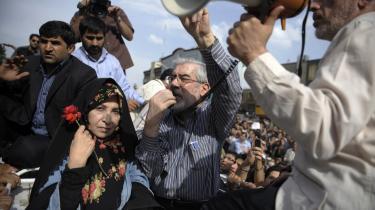 Den slagne præsidentkandidat Mir Hossein Mousavi har ikke været specielt synlig i det iranske gadebillede siden valgdagen i fredags, selv om hans tilhængere har protesteret voldsomt i Teherans gader mod det, de kalder valgsvindel. I går aftes trådte Mousavi dog langt om længe frem og talte til sine tilhængere på gaden - her sammen med sin hustru, Zahra Rahnavard, som spillede en betydelig rolle under Mousavis valgkamp.