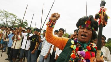 Mindst 23 mennesker døde for to uger siden efter voldsomme sammenstød mellem politiet og stammefolk i den afsides beliggende jungleby Bagua i Peru. Striden handler om, hvem der har retten til jorden.