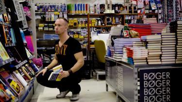 Handlende i bogafdelingen  i Føtex i Frederiksberg Centret. Et stigende antal bøger bliver  i dag leveret uden om distributionsstederne og direkte til supermarkederne fra trykkerierne, så det er umuligt at aflæse forlagenes reelle omsætning i de officielle statistikker.