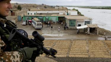 Tre danske soldater blev i går dræbt, da deres jeep blev ramt af en meget kraftig vejsidebombe fire kilomter uden for hovedbyen Gereskh. De tre soldater blev straks evakueret til felthospitalet i Camp Bastion, men blev erklæret døde ved ankomsten. Her ses en dansk soldat ved Helmand-floden i byen Gereskh.  Arkiv