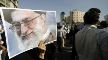 Irans åndelige leder, den 70-årige ayatollah Khamenei, er manden, der i sidste ende kan løse striden i kølvandet på det kontroversielle præsidentvalg i landet