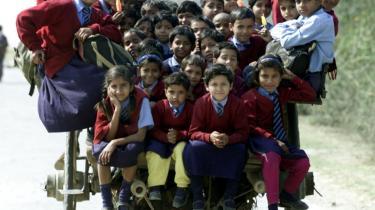 Det er svært at sætte regler op for begrænsning af antallet af børn undtagen i diktaturer. Her skolebørn i Indien.