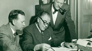 Familieportræt. Tre socialdemokrater, der alle blev statsministre, studerer valgresultater i 1953. Fra venstre: H.C. Hansen, Hans Hedtoft og Jens Otto Krag. På billedet nederst på siden leverer Vilhelm Buhl sin berygtede anti-sabotagetale under besættelsen.