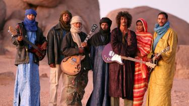 Tinariwens leder og primære forsanger Ibrahim Ag Alhabib (nr. tre fra højre med guitar) voksede op i flygtningelejre i Algeriet ved grænsen til Mali og senere ved den algeriske by Tamanrasset i ørkenen mod syd. Bandet blev dannet i slut-70 erne. De excellerer i en  rytmisk hypnotisk ørkenblues, gruset beåndet, smukt melodisk svunget.