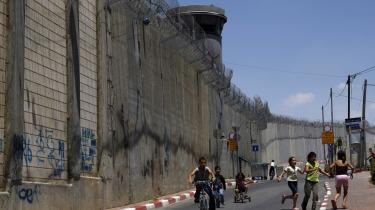 De drakoniske foranstaltninger imod bombningerne graver imidlertid blot konflikten mellem israelerne og palæstinenserne farligere og mere uløselig og afgrunden dybere - bogstaveligt med muren som højst håndgribelig metafor for denne.