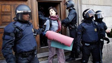 Rundt om i Europa protesterer studerende mod Bologna-processens konsekvenser . Særligt i Sydeuropa - som her i Barcelona i Spanien - får Bologna-processen skyld for ensretning og kommercialisering.