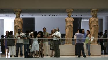 Museumsgæster flokkes om denne række karyatider, der knejser smukt - og ser ud som om de bærer taget - i det nye Akropolis Museum. Det har kostet over en milliard kr. at konstruere.