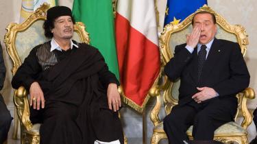 Italiens regeringschef og mediemogul, Silvio Berlusconi, (th.) har for første gang i sin nu tredje periode som Italiens ministerpræsident være angrebet negativt af pressen - til trods for han selv ejer størstedelen. Rygter om fester med 18-årige piger, der ledte til hans kones krav om skilsmisse. Paparazzifoto af en halvnøgen Berlusconi omgivet af topløse piger og bodyguards i sommervillaen etc. Her ses han under forrige uges statsbesøg i Italien af Libyens leder Muhammar Gaddafi (tv).