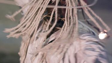 Tråde og tendenser fra Grotowskis teater anes også i Barbas komplekse tolkning af Hamlet-skikkelsen, her tolket af Odin-performeren Augusto Omolu. Er helten i teatret klog eller vanvittig? Er helten en idealfigur eller en manipulator?