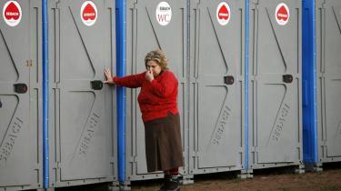 Trængende. Der er frit lokum i Kødbyen, det er bare at finde sig et hjørne - men selv blandt venner, kan man komme til at ønske sig en toiletvogn.