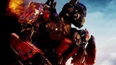 I 'Transformers: De faldnes hævn' har Michael Bay alt for travlt med at sprænge store ting i luften og filme lækre Megan Fox i slowmotion til at bekymre sig om småting som plot og karakterer