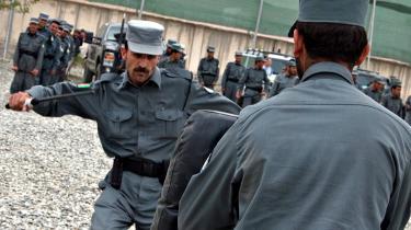 Slag med politistav er dagens højdepunkt for de 230 nye rekrutter på Kabuls Brandstation Fire, der midlertidigt er omdannet til politiskole.