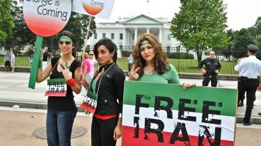 Mange moderne iranske kvinder er trætte af et system, der ikke behandler dem på lige fod med mænd. De udgør en vigtig del af en spirende demokratisk bevægelse under et udemokratisk styre. Protesterne foregår verden over - her er det iranske kvinder i Washington D.C: