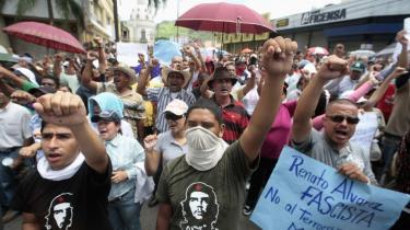 Antallet af demonstrationer stiger stødt i Honduras, og selv om de indtil videre har været forholdsvis fredelige, kan det ændre sig i morgen, hvis den afsatte præsident vender tilbage.
