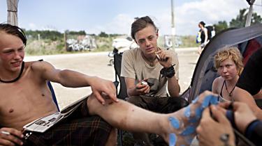 Roskilde Festivalen er et stort show i diverse subkulturer der ikke har meget til overs for hinanden. Simon Prehn (tv.) og Mark Brandt og deres venner ser sig selv som en del af punker-kulturen.