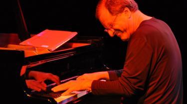 Den formidable italienske pianist Enrico Pieranunzizi.  Lige meget hvor legesyge, sprudlende og overrumplende hans indfald forekommer, forholder de sig hele tiden til den musikalske kerne.