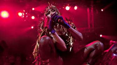 Det er en oplevelse se 80'er ikonet Grace Jones - den langlemmede krop - den ret så blottede, 61-årige krop. Og se, hvordan hun fortsætter med at tale og ikke mindst synge, mens hun stolprer ind i sit lille telt backstage for at komme ud i ny topdesignet forvandling. Og alligevel den samme, skriver Ralf Christensen om koncerten på Roskilde Festivalen fredag aften.