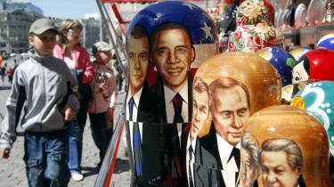 I dag mødes den russidske præsident, Dmitrij Medvedev, og den amerikanske præsident, Barack Obama, i Moskva. Obama møder op med en klar strategi. 'Vi har ikke i sinde at forsikre russerne, give indrømmelser eller handle om noget, når det gælder missilforsvar og NATO-udvidelse,' lød det forud for mødet fra den amerikanske side.