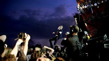 Uanset hvad man  ellers måtte mene om Coldplays plader, så leverede de varen live som lukkekoncert på Orange Scene søndag.