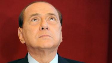 Italiens premierminister er på gyngende grund efter offentliggørelsen af kompromitterende bileder fra hans privatresidens.