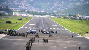 En uge inde i militærkuppet befinder Honduras sig på randen af kaos. Befolkningen er delt og landet isoleret internationalt. Samtidig fastholder den afsatte præsident Zelaya, at han vender tilbage