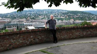 Den ungarske forfatter Péter Nádas foran Buda-højen i Budapest, hvor han er vokset op.