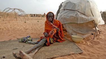 Denne fattige,  syge kvinde i en flygtningelejr i Darfur i Sudan venter som millioner andre stadig på hjælp. Ved G8-mødet i 2007 gentog verdens rigeste landes ledere deres løfte fra Gleneagles i 2005 om at fordoble hjælpen til Afrika inden for et årti. Det kastede f.eks. Bonos 'Live8'-koncerter af sig på begge sider af Atlanten, men de fattige har ikke fået hverken underholdning eller håb.
