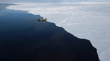 Greenpeace-fartøjet Arctic Sunrise befinder sig i øjeblikket ved kanten af den smeltende havis mellem det nordvestligste Grønland og Canada. Med på ekspeditionen er et hold internationale klimaforskere, der følger afsmeltningen under sommerens opvarmning. Netop nu skrumper isen med 68.300 kvadratkilometer i døgnet.