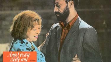 Med inspiration fra Douglas Sirks melodrama 'Med kærlighedens ret'  fra 1955 fik Rainer Werner Fassbinder sit internationale gennembrud med  Angst æder sjæle op . Filmen er blandt Fassbinders mest tilgængelige, en ligefrem, men stærk fortælling om fordomme og intolerance