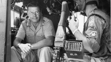 Vietnamkrigen. »Vi tog fejl, vi tog frygtelig fejl,« skriver USA's tidligere forsvarsminister Robert S. McNamara i sin erindringsbog fra 1999. Her er han fotograferet i en helikopter under et endagsvisit i Vietnam hos de amerikanske tropper den 18. juli 1965.