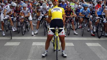 Så godt kan det gå, når man investerer sit pr-budget i sport: Saxo Banks navn står midt på Fabian Cancellaras gule trøje i årets Tour de France og tv-transmitteres dermed til mil-lioner. Den danske investerings-bank har til gengæld været min-dre heldig med sit sponsorat af Ny og senere Liberal Alliance - men hvorfor mon?